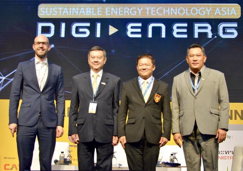 """ดร.ทศพร ศรีเอี่ยม ผู้แทนนายกวิศวกรรมสถานแห่งประเทศไทยฯ ร่วมเปิดงานเสวนา """"พลังงานทดแทนที่น่าจับตามองในอนาคตประเทศไทย"""" Thailand Renewable Energy: The Opportunity and Challenge The Biomass Thermal Plant จัดขึ้นภายในงาน SETA 2018"""