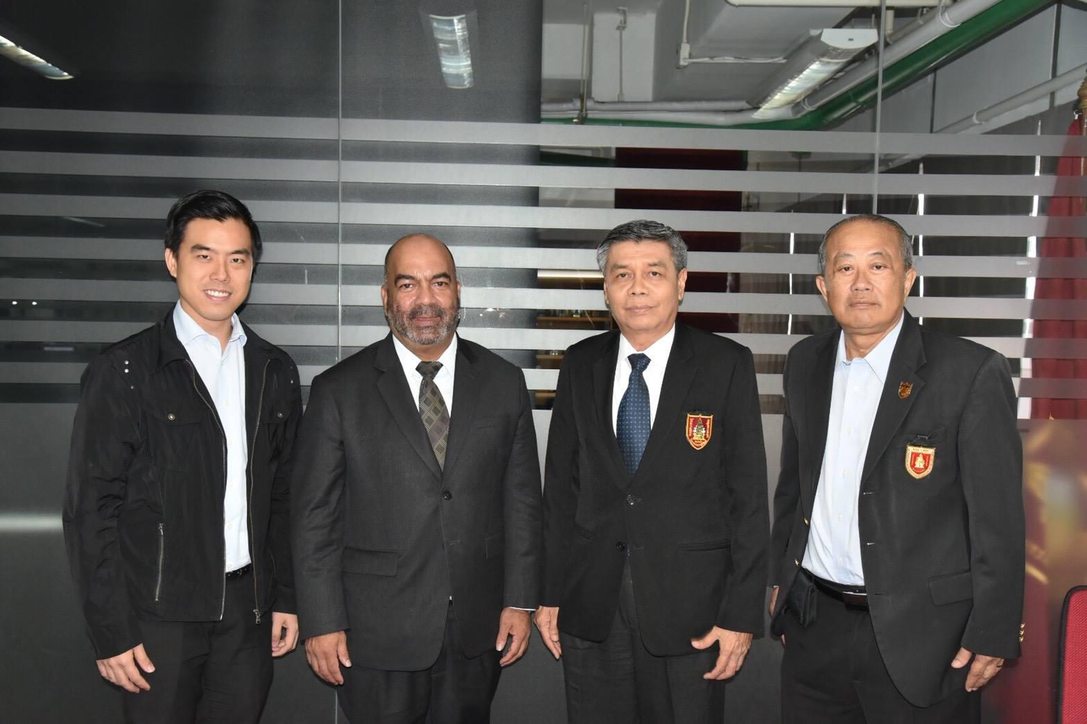 ดร.ธเนศ วีระศิริ นายกวิศวกรรมสถานแห่งประเทศไทยฯ พร้อมด้วย ดร.เชียรช่วง กัลยาณมิตร ที่ปรึกษาคณะกรรมการคอมพิวเตอร์เรื่องความร่วมมือในด้านวิชาการและวิชาชีพวิศวกรรม
