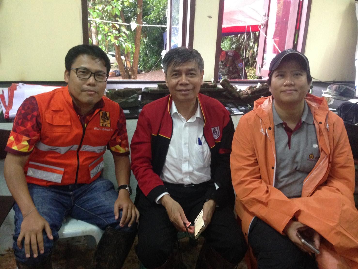 ดร.ธเนศ วีระศิริ นายกวิศวกรรมสถานแห่งประเทศไทยฯ  อ.ณัฐพล จันทร์แก้ว อาจารย์ภาควิชาวิทยาศาสตร์และเทคโนโลยี ม.ธรรมศาสตร์ได้ร่วมลงพื้นที่ถ้ำขุนนางนอน จ.เชียงราย ร่วมกับงานกรมป้องกันและบรรเทาสาธารณภัย (ปภ.เขต 15 เชียงราย)