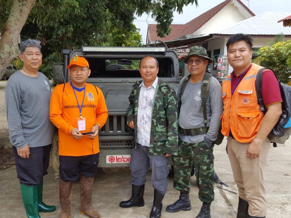 """ทีมวิศวกรอาสา วิศวกรรมสถานแห่งประเทศไทยฯ นำโดยคุณสิทธิโชค เหลาโชติ ร่วมเป็นอีกหนึ่งกำลังสำคัญในการทำหน้าที่สนับสนุนจัดเตรียมวัสดุอุปกรณ์ และลงพื้นที่ร่วมค้นหาน้องๆ และโค้ชทีมหมูป่าอคาเดมี่ ณ ถ้ำหลวง จ.เชียงราย และโอกาสเปิดแล้วสำหรับท่านที่สนใจเข้าร่วมโครงการสัมมนา """"เตรียมความพร้อมวิศวกรอาสาภัยพิบัติ รุ่น 2"""" วันที่ 17 กรกฎาคม 61"""