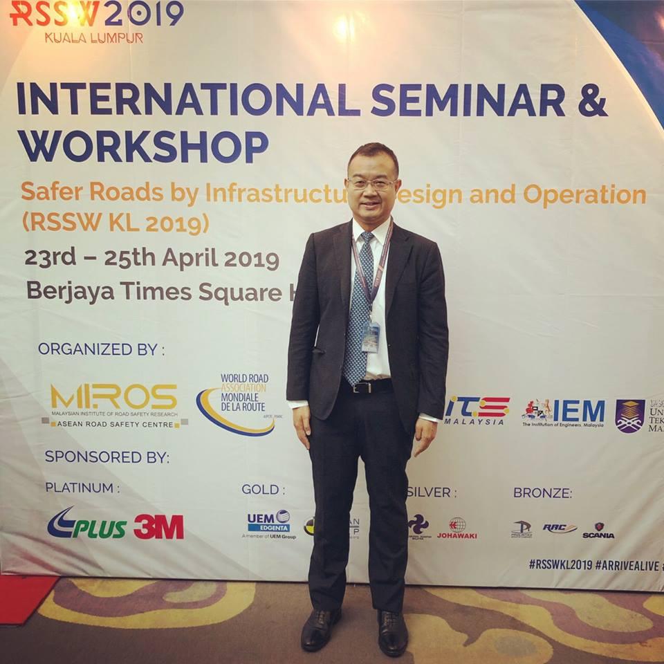 """พันตรี ดร. ต้องการ แก้วเฉลิมทอง ประธาน Transport and Logistics Work Group of AFEO (ASEAN Federation of Engineering Organisation) และคณะกรรมการต่างประเทศ วิศวกรรมสถานแห่งประเทศไทยฯ เป็นผู้แทนเข้าร่วมงาน """"International Seminar and Workshop for Safer Roads by Infrastructure Design & Operation 2019 (RSSW KL 2019)"""""""