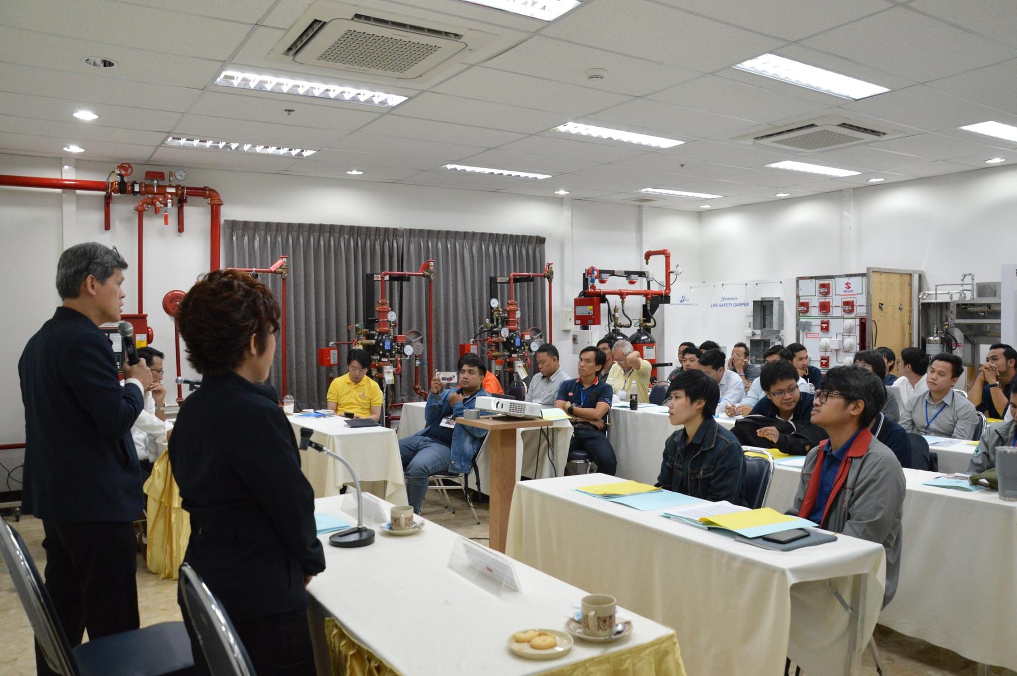 """วิศวกรรมสถานแห่งประเทศไทยฯ (วสท.) จัดอบรมหลักสูตรพัฒนาทักษะ และทดสอบฝีมือผู้ปฏิบัติงาน เรื่อง """"ระบบแจ้งเหตุเพลิงไหม้"""" รุ่น Gold"""" โดย ดร.พิชญะ จันทรานุวัฒน์ เลขาธิการ วสท. ให้เกียรติเปิดการอบรมฯ และคุณบุษกร แสนสุข ประธานคณะกรรมการฯ"""