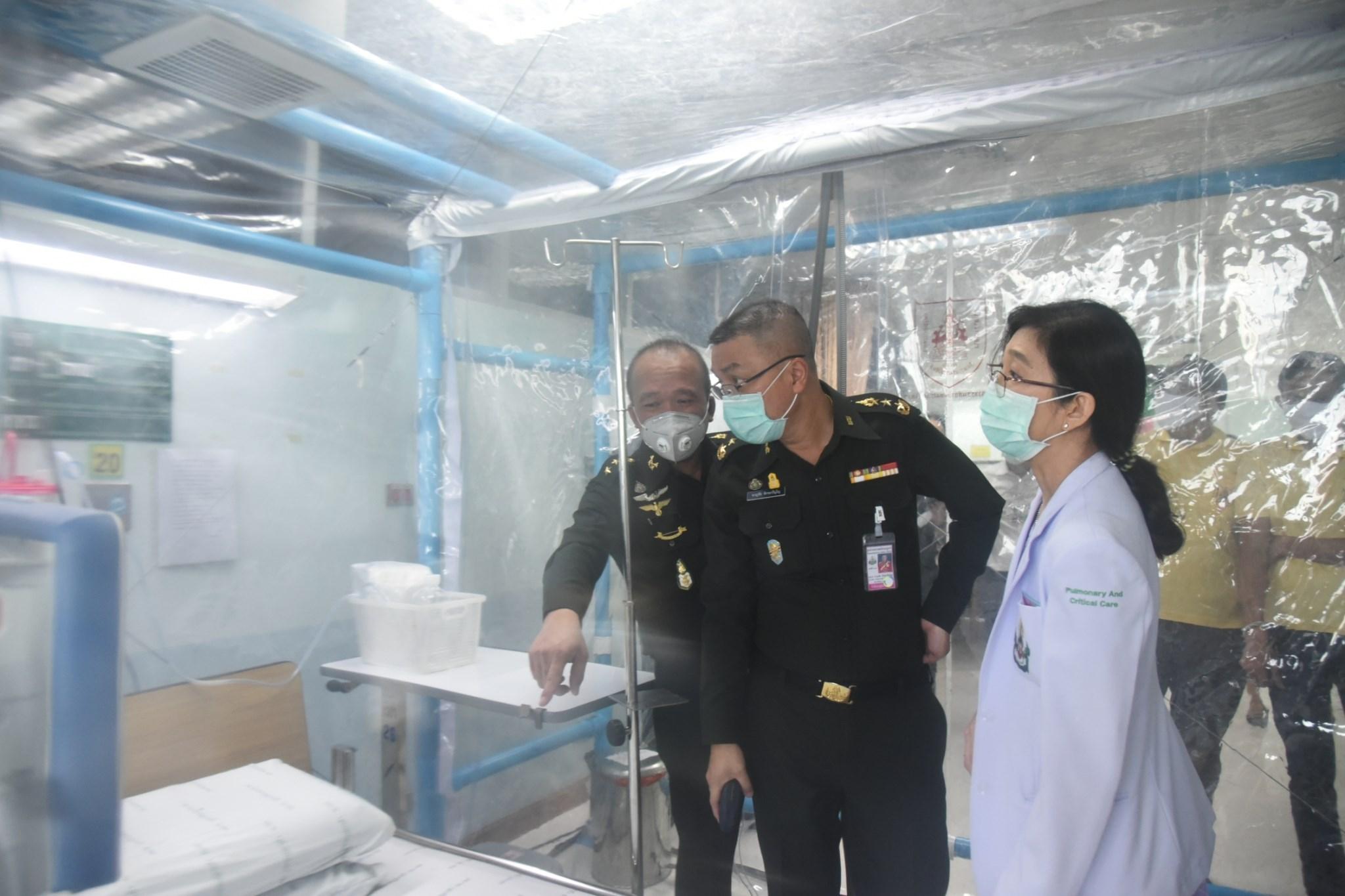 ดร.ธเนศ วีระศิริ นายก วสท. พร้อมคณะทำงานเดินทางไปส่งมอบตู้ความดันลบทั้ง 2 รุ่น ให้กับโรงพยาบาลพระมงกุฎเกล้า โดยมีเจ้ากรม กรมแพทย์ทหารบกรับมอบด้วยตนเอง
