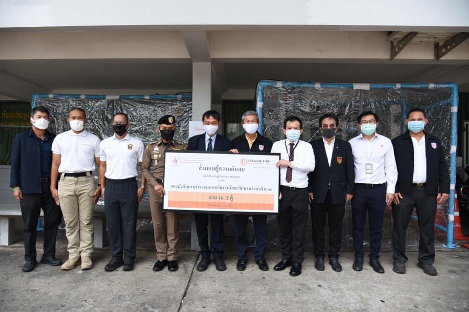 วิศวกรรมสถานแห่งประเทศไทยฯ (วสท.) ได้ตรวจสอบและทดสอบสมรรถนะตู้ความดันลบแบบที่ 1 ความกว้าง 1.30 x 2.60 สูง 2.20 เมตร จำนวน 2 ตู้ ที่ บริษัท อิตาเลียนไทย ดีเวล๊อปเมนต์ จำกัด (มหาชน) ส่งมอบให้กองบังคับการตำรวจมหาดเล็กราชวัลลภรักษาพระองค์ ๙๐๔