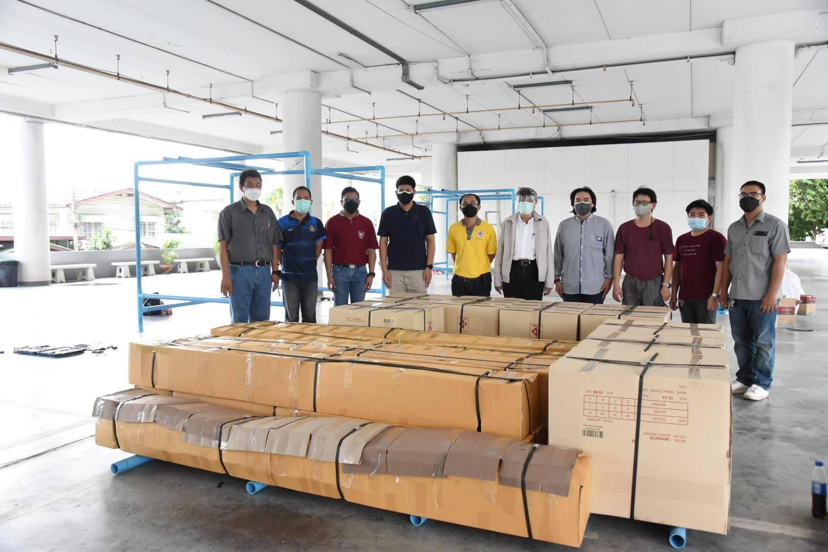 วิศวกรอาสา วิศวกรรมสถานแห่งประเทศไทยฯ (วสท.) ร่วมกันประกอบตู้ความดันลบ และบรรจุกล่อง เพื่อเตรียมส่งให้กับสถานพยาบาล