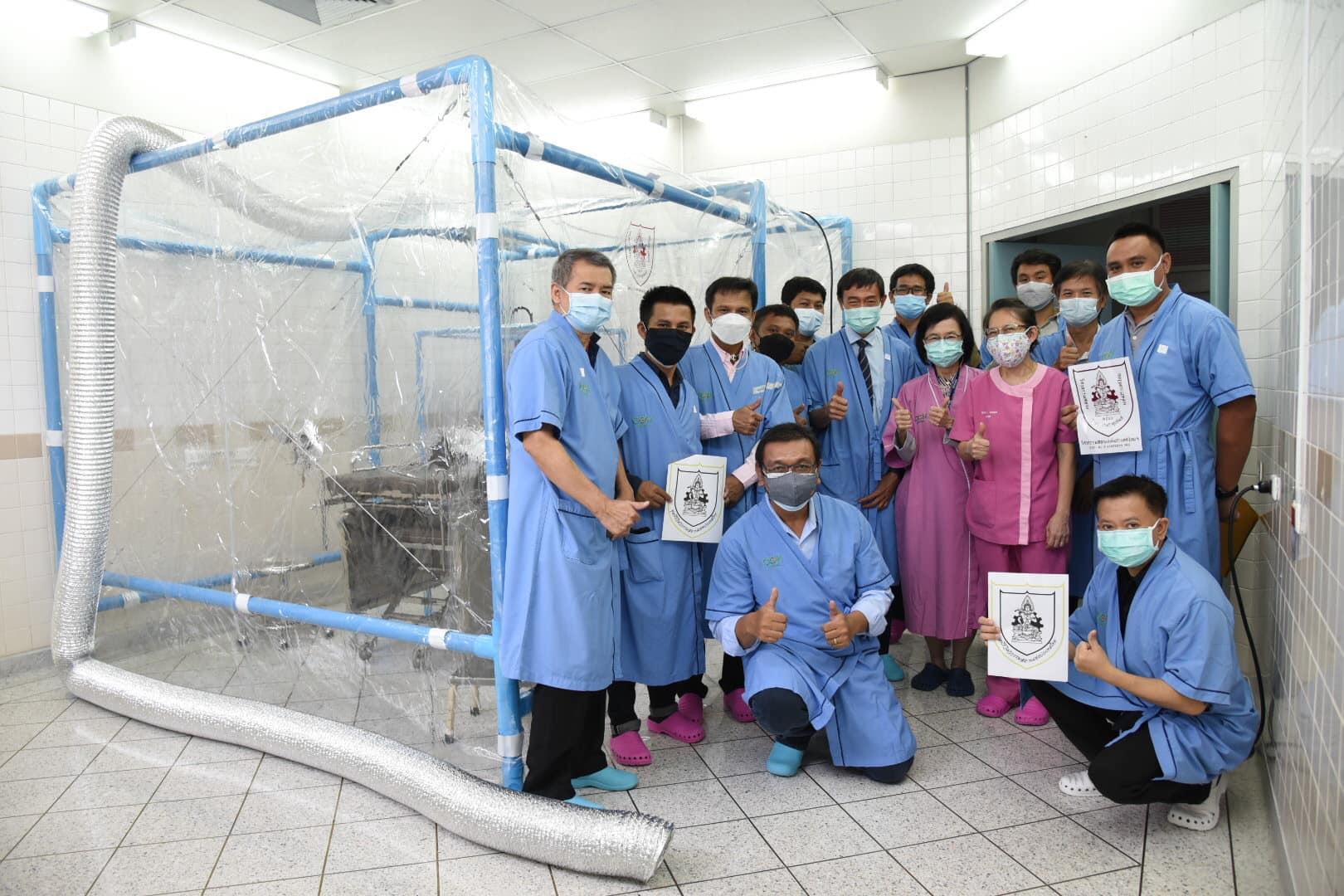 วิศวกรอาสา วิศวกรรมสถานแห่งประเทศไทยฯ (วสท.) ร่วมประกอบตู้ความดันลบมอบแก่ โรงพยาบาลซีจีเอช (พหลโยธิน) จำนวน 2 ตู้
