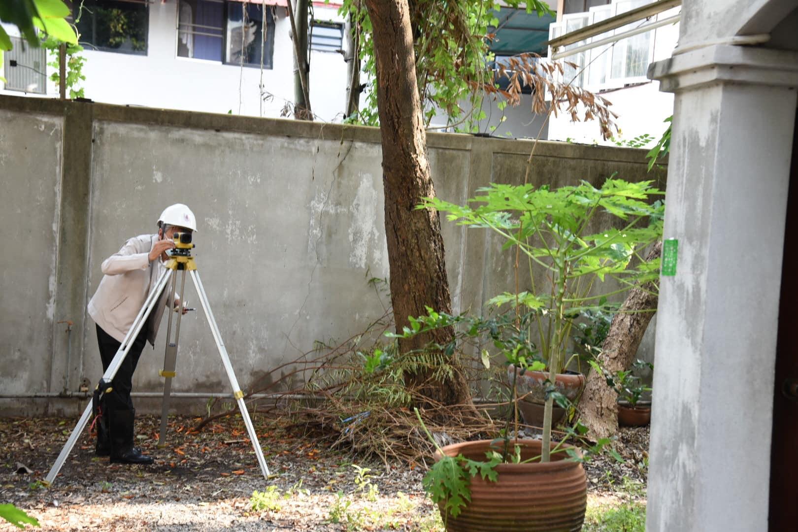 ดร.ธเนศ วีระศิริ นายก วิศวกรรมสถานแห่งประเทศไทยฯ ลงพื้นที่ตรวจสอบอาคาร 3 ชั้น 5 คูหาทรุดตัว ในซอยรามคำแหง 36/1